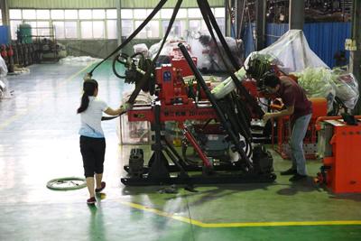 工作人员对ZDY4000S钻机进行仔细检查