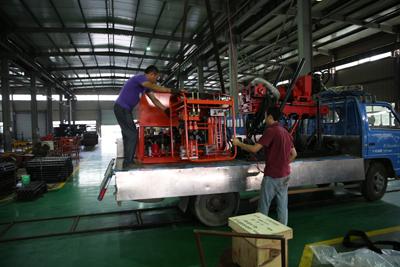 工作人员正在装ZDY4000S操纵台