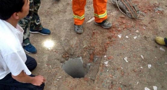据现场多名村民说,坠井的孩子名叫乐乐,陕西洛南县人,租住在西安南郊的航天城小区。事故发生时,乐乐跟着爷爷去买馒头,买完馒头抄近路回家,穿过一片拆迁工地时,爷爷走在前面,乐乐走在后面,不慎坠入直径不超过40多厘米、深35米的废弃深井。据华商报记者报道,事发现场是一片拆迁地,沿路一片瓦砾,至少有3处深井,有的盖着井盖,有的则没有。此处没有灯光,稍有不慎便有危险。